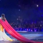 На вручение премии Золотой граммофон Ани Лорак надела платье с длиннющим шлейфом