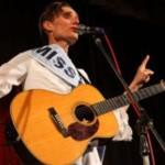 Поэт из Дании в белом платье с лентой Мисс мира выступил в Черновцах