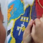 Черновчане на площади Филармонии вышивать флаг Буковины