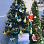 Школьники в Черновцах изготовили и украсили патриотические елки для бойцов