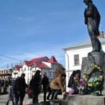 Буковинцы возложили цветы к памятнику Ивасюка и спели Червону руту